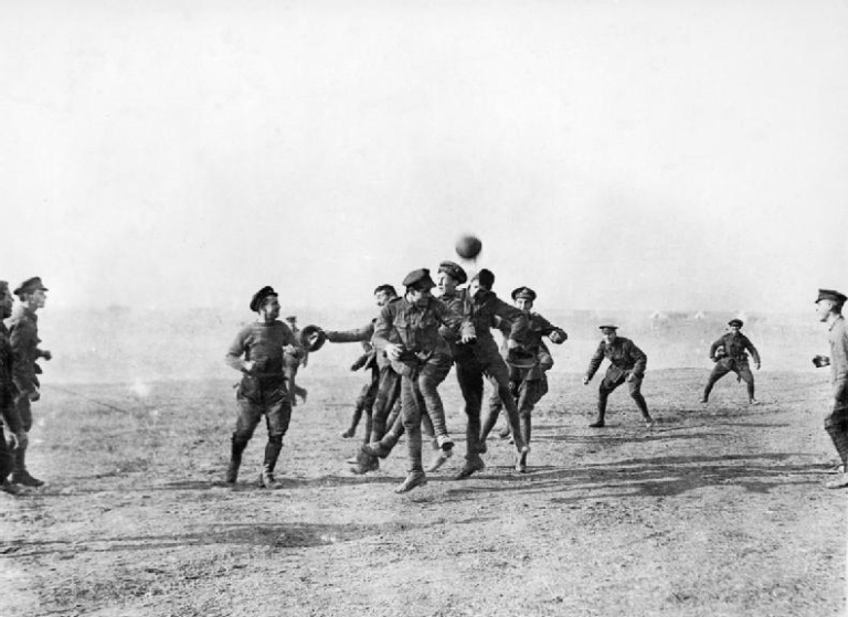 Christmas_day_football_WWI_1915